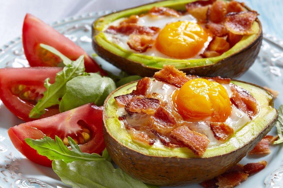 avokado-icinde-yumurta Sağlıklı Diyet Atıştırmalık Tarifleri