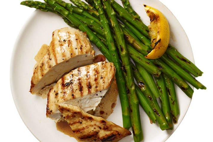 kuskonmazli-izgara-tavuk-tarifi Kuşkonmaz Sebzesi İle Yapılan Leziz Yemek Tarifleri